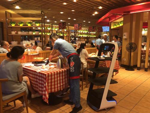 粤港澳大湾区孵化全国知名送餐机器人