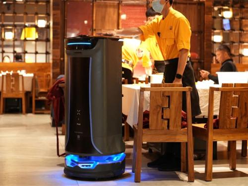 """普渡机器人""""好啦""""亮相2021中国连锁餐饮峰会"""
