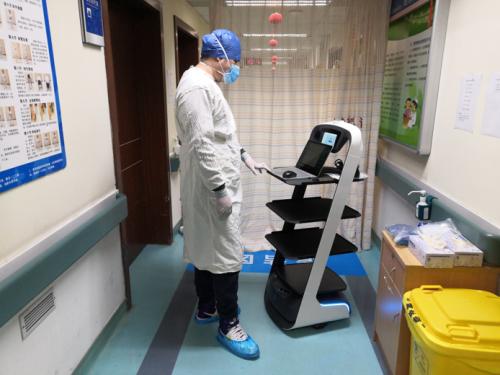 抗疫纪录 | 大年初二,他带着机器人主动踏进了医院感染科