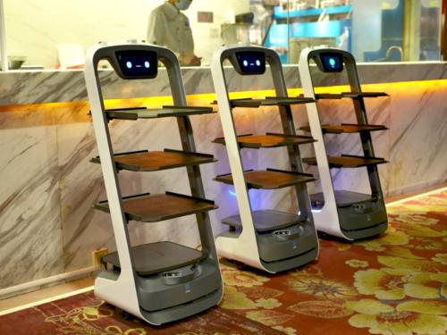 普渡机器人上岗深圳太平洋休闲超市