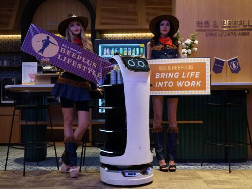 """餐饮机器人""""贝拉""""亮相Bee+办公空间,普渡科技如何打破场景界限?"""