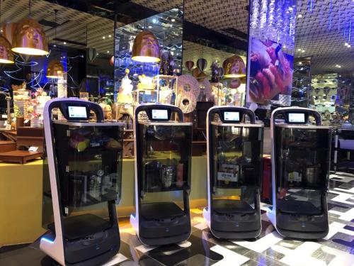 普渡机器人上岗亚洲最大KTV