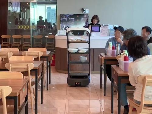 韩国束草的网红餐厅Muhguri 送餐任务交给了11台普渡服务机器人
